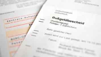 Um gegen einen Bußgeldbescheid wegen nichteingehaltenem Abstand Einspruch einzulegen, kann ein Anwalt hilfreich sein