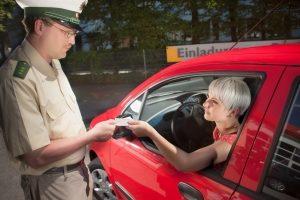 Bei einer Polizeikontrolle müssen Sie in der Regel Ihren Führerschein vorzeigen.