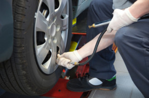 Ein Mechaniker beim Aufpumpen des Reifens