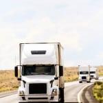 Ein LKW fährt auf der Straße und hält den Abstand zum vorausfahrenden Fahrzeug ein