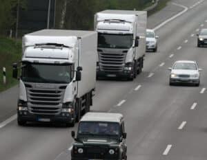 Zwei LKW halten den vorgeschriebenen Mindestabstand nicht ein