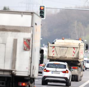 Bei Rot über die Ampel zu fahren gefährdet Fahrer und andere Verkehrsteilnehmer.