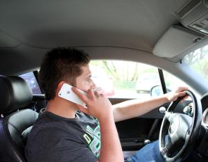 Ein Handy am Steuer zieht ein Bußgeld nach sich