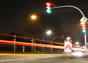 Eine rote Ampel zu überfahren kann eine Straftat sein, wenn eine erhebliche Verkehrsgefährdung vorlag.