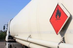 Ein Gefahrzeichen ist an einem LKW bei einem Gefahrguttransport immer anzubringen.