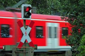 Im Bußgeldkatalog zum Bahnübergang gibt es hohe Strafen