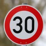 Die Fahrrad-Geschwindigkeit ist durch das Verkehrszeichen begrenzt