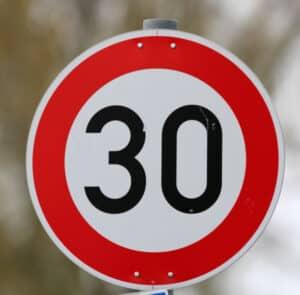 Die Fahrrad-Geschwindigkeit ist durch dieses Verkehrszeichen begrenzt