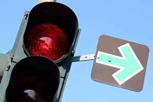 Eine rote Ampel mit Grünpfeil