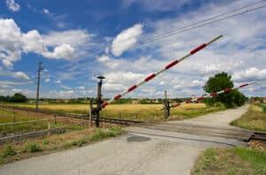 Vollschranken sperren den Bahnübergang von der Straße ab