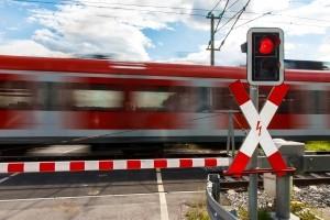 Das richtige Verhalten an einem Bahnübergang