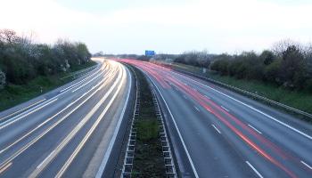 Gibt es keine Begrenzung der Geschwindigkeit, gilt auf der Autobahn eine Richtgeschwindigkeit von 130 km/h