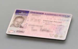 Der Führerschein ist das Dokument; die Fahrerlaubnis eine Erlaubnis darüber, dass eine Person fahren darf