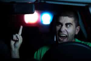 Der Stinkefinger im Straßenverkehr ist eine schwere Beleidigung und hat ein hohes Bußgeld zur Folge.