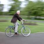 Auf dem Fahrrad müssen Sie Regeln einhalten.