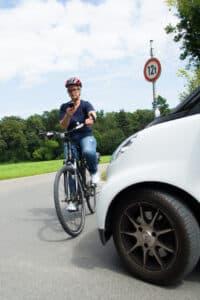 Mit dem Handy auf dem Fahrrad droht ein Bußgeld.