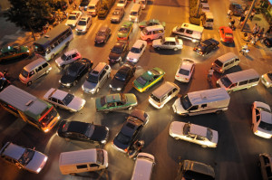 Eine Gefährdung im Straßenverkehr kann zum Beispiel ein gefährlicher Überholvorgang sein