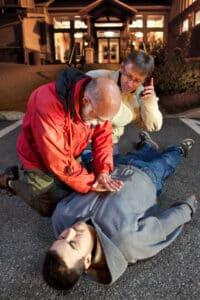 Bei einem bewusstlosen Menschen ist als Erste Hilfe eine Herzdruckmassage mit Beatmung anzuwenden