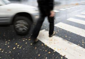 Auch an einem Fußgängerüberweg gibt es Regeln, um die Sicherheit aller Verkehrsteilnehmer zu gewährleisten.