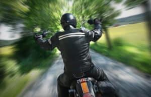 Bei einem Motorradunfall mit einem Auto hat der Fahrer des Motorrades leider oftmals die schlechteren Karten