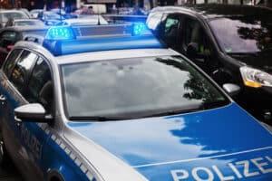Um unterlassene Hilfeleistung zu vermeiden, sollten Autofahrer bei einem Unfall Polizei und Notarzt kontaktieren