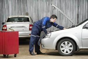 Nach dem Autounfall will die Versicherung möglichst geringe Kosten tragen.
