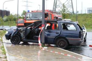 Auf Landstraßen herrscht oft schlechte Sicht, weshalb ein Traktorunfall an Feldwegen eine reale Gefahr ist.