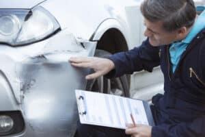 Der Unfallgutachter muss das Fahrzeug sehr genau unter die Lupe nehmen.