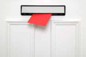 Die Bußgeldstelle Viechtach stellt die Bußgeldbescheide zum Betroffenen per Post zu.
