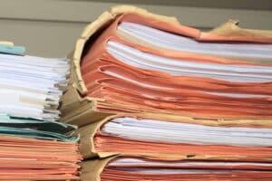 Die richtige Altpapierentsorgung mit anschließender Papierverwertung führt dazu, dass ein großer Teil des täglich genutzten Papieres recycelt wird.