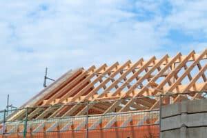 Bauschutt beim Hausbau: Oft ist Dachpappe zu entsorgen.
