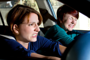 Unaufmerksamkeit oder Streit hat nicht selten eine fahrlässige Körperverletzung im Straßenverkehr zur Folge.