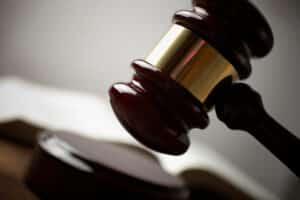 Der Einspruch gegen den Bußgeldbescheid kann hohe Kosten nach sich ziehen, wenn der Fall vor Gericht landet.
