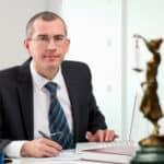 Verkehrsrecht: Nach einem Autounfall kann ein Rechtsanwalt den Unfall einschätzen.