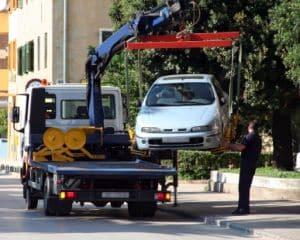 Abschleppdienst: Die Kosten für das Abschleppen von Fahrzeugen variieren je nach Umstand. Müssen die Arbeiter das Auto bergen? Wie weit ist die nächste Werkstatt entfernt?