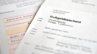 Ein Bußgeldbescheid kann mit Fahrverbot, Geldbuße und Punkten in Flensburg daherkommen. Die Bußgeldstelle hat oft einen gewissen Ermessensspielraum.