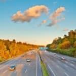 Ein Fahrzeug darf in Frankreich auf der Autobahn eine Geschwindigkeit von 130 km/h nicht überschreiten.