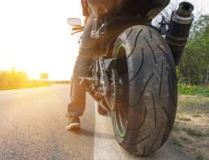 Die Führerscheinklassen beim Motorrad umfassen Kleinkrafträder und Krafträder, deren Höchstgeschwindigkeit nicht begrenzt ist.