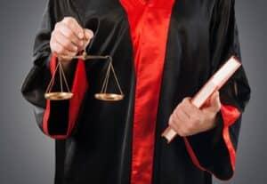 Nach einem Unfall wird die Schuldfrage vor Gericht geklärt. Die Anerkenntnis der Schuld am Unfallort gegenüber dem Unfallgegner ist deshalb zu unterlassen.