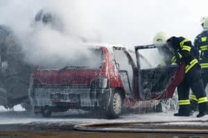 Unfallstelle absichern und Feuerwehr rufen.