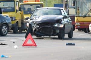 Es ist wichtig, die Unfallstelle zu sichern. Ein Warndreieck sorgt für mehr Sicherheit.