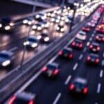 Ein Autobahn-Unfall passiert bei hohen Geschwindigkeiten und Ablenkung schnell.
