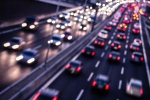 Auf der Autobahn passiert ein Unfall bei hohen Geschwindigkeiten und Ablenkung schnell.