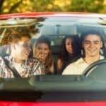 Beim Autoführerschein gibt es keine Beschränkungen für Höchstgeschwindigkeit oder Hubraum. Solche Regeln gelten nur für Krafträder (AM, A1, A2)