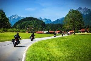 Für den Motorradführerschein müssen Sie in der Fahrschule eine theoretische und eine Praktische  Prüfung bestehen. Ein Sehtest ist ebenfalls abzulegen.