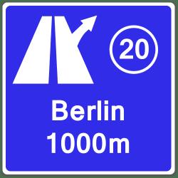 Richtzeichen geben wichtige Hinweise für den Straßenverkehr an, zum Beispiel wann eine Autobahnausfahrt kommt.