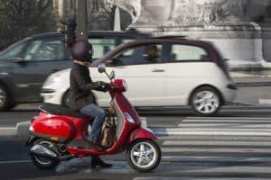 Auf dem Weg zum Motorradführerschein ist der Rollerführerschein eine Vorstufe. Jede Fahrschule bietet eine solche Ausbildung an.