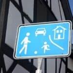 """Das Verkehrsschild """"Spielstraße"""" ist häufig in der Nähe von Schulen oder Kindergärten angebracht."""