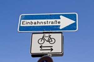 Unter Verkehrszeichen geben Zusatzschilder gesonderte Hinweise und Bestimmungen an.