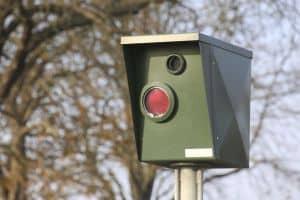 Es gibt viele Blitzer in Deutschland. Sie sollen Verkehrsteilnehmer anhalten, die Regeln beim Fahren einzuhalten.